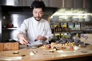 Portrait de Pierre Sang, gagnant de l'emission Top Chef, dans son restaurant ouvert il y a 8 mois rue Oberkampf. Il prepare a meme le comptoir un mets a base de produits locaux dont ces pommes de terre issues d'agriculture d'Ile-de-France